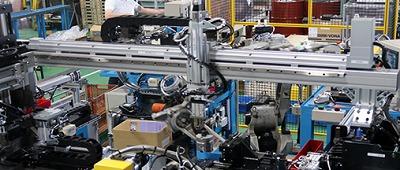 端末加工~CNCベンダー曲げ~曲げ後切断~切断部面取り&径修正~測定~排出 電動アクチュエーターとロボット2台を使用した全自動ライン